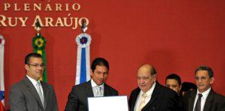 Marinho recebe do Título de Marcelo Ramos, ladeado por Josué Neto(E) e Evilásio Nascimento(D)/Foto: Alberto Cesar