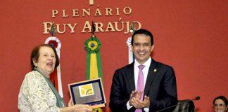 Sidney Leite entrega placa à Ana Maria, viúva de Paulo Freire/Foto: Albeerto Cesar