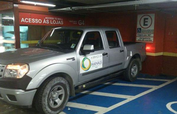 Veículo oficial estacionado, errdamente/Foto: Em Tempo, com colaboração do leitor