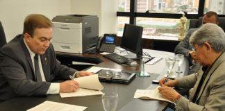 Dias e Melo Jr. cumprimentam-se após assinatura/Foto: Ifam