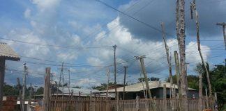Moradores correm risco diante da fiação elétrica, em Itapiranga