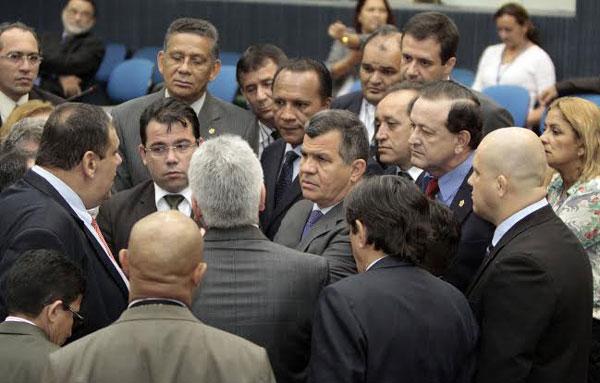 Vereadores reunidos depois de concluídos os trabalhos/Foto: Robervaldo Rocha