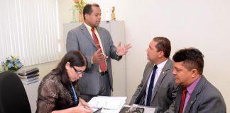 Vereador Walfran Torres, relator, conversa com Rosivaldo Cordovil/Foto: Robervaldo Rocha