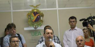 Governador Omar anuncia eleição na UEA, com Vice Melo(D) e Reitor Cleinaldo(E)/Foto: Alex Pazuello