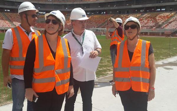Técnicos ingleses conversam na visita à Arena/Foto: Igor Menezes