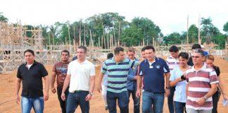 Josué Neto, blusa branca, visita obras em Manacapuru/Hudson Fonseca