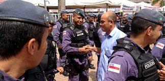 Deputado Maciel, blusa azul, quer delegacia em Novo Remanso, em Itacoatiara