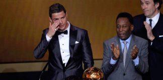Cristiano Ronaldo chora ao receber a Bola das mãos de Pelé/Foto: AFP