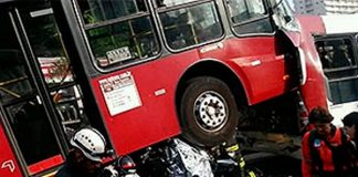 Ônibus esmagacarro em Campo Belo(SP)/Foto: Felipe Schimid/Sigmapress/Estadão