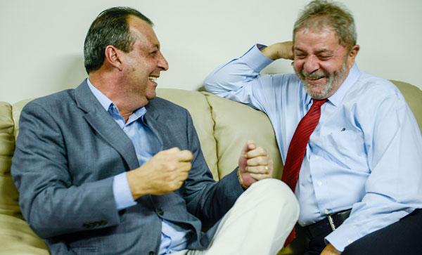 Omar e Lula conversam descontraidamente/Foto: Alex Pazuello